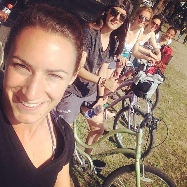 In ihrer Freizeit haben die Damen auch mal Zeit, Kanada zu erkunden. Und das Selfie knipsen haben sie sichtlich im Griff. Im Vordergrund Nicole Remund (Foto: Remund via Facebook).