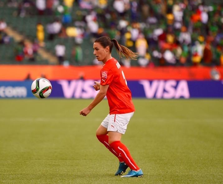 Nicole Remund am Ball. Sie wurde beim 10:1 Sieg gegen Ecuador eingewechselt.