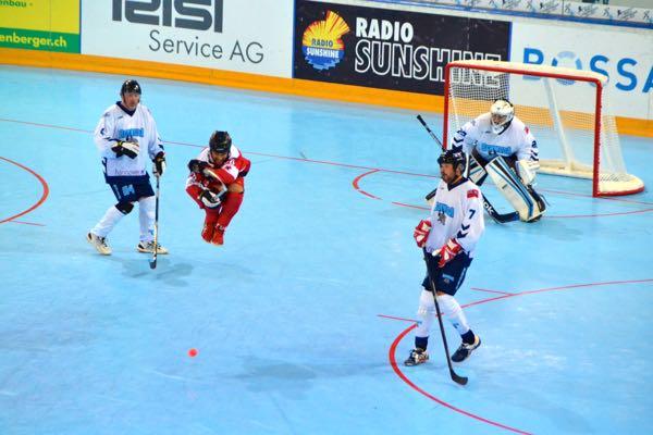 Den Kanadiern ist kein Manöver zu anstrengend, damit ein Goal erzielt werden kann.