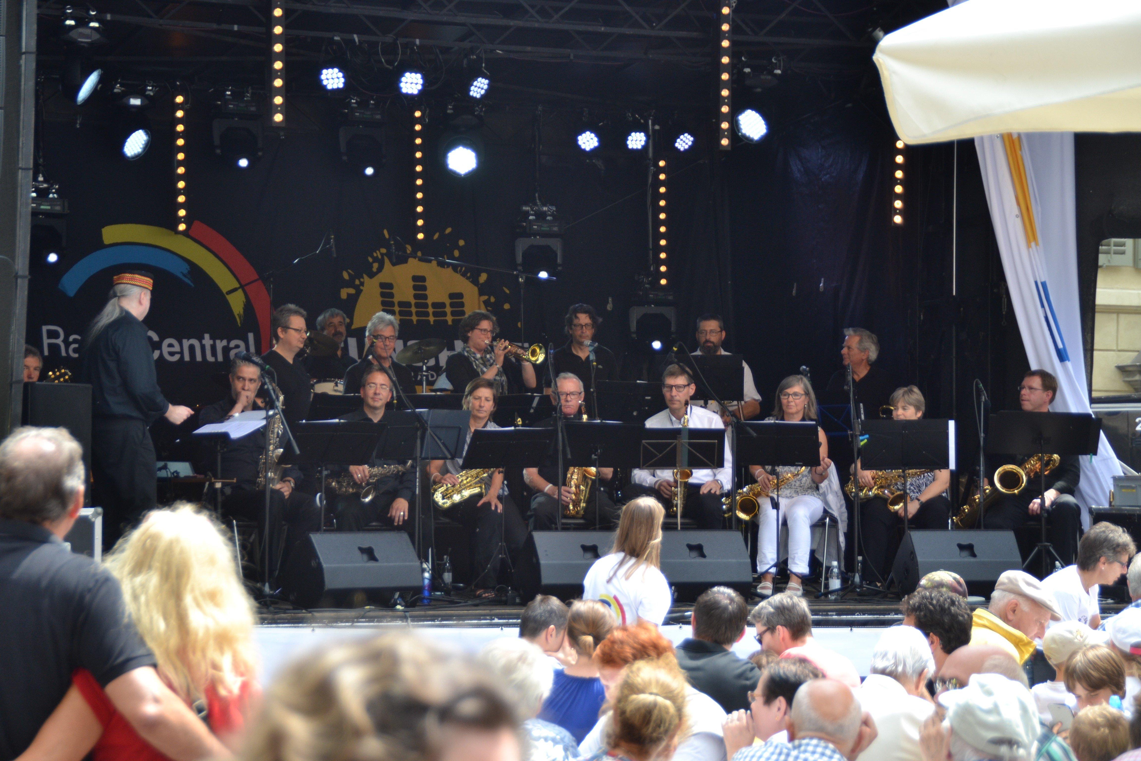 Die «Wood'n'Brass Jazz Connection» bei ihrem Konzert auf dem Kapellplatz (Bild: les).