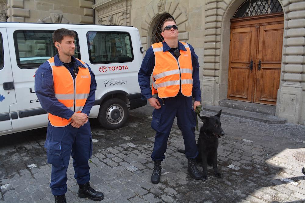 Die Polizei inklusive Hund zeigt sich fotogen.