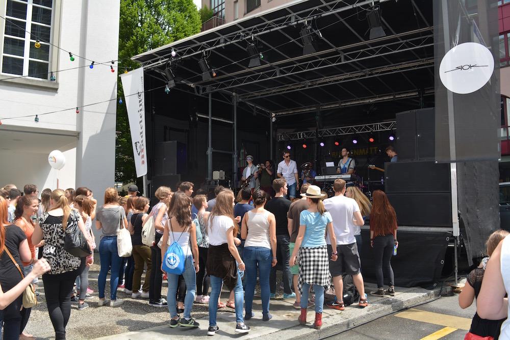 Auf der Bühne auf dem Taxi Parkplatz spielt die Band «M'Ghadi» (Bild: les).