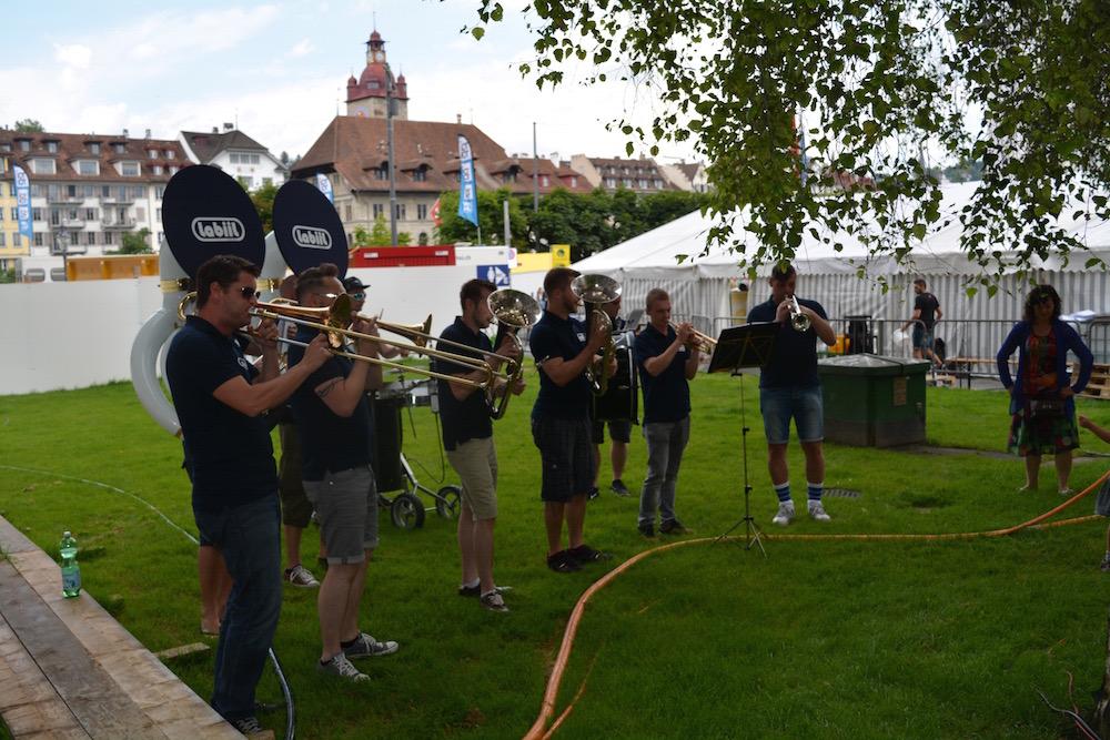 Eine Guggenmusik veranstaltet einen Polterabend am Luzernerfest und gibt ein Ständchen (Bild: les).