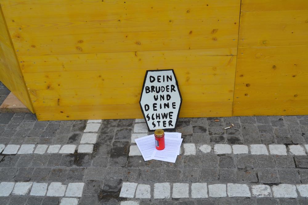 Die Demonstranten machen mit kleinen Botschaften auf die Flüchtlingswelle aufmerksam.