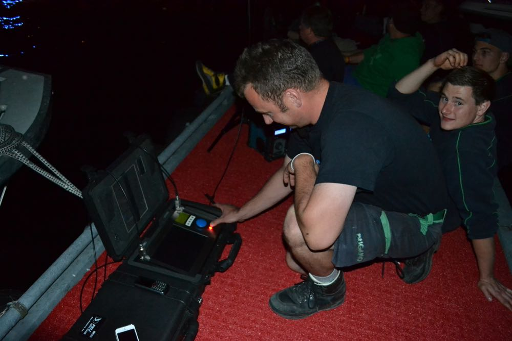 Darauf haben alle den ganzen Tag hingearbeitet: Patrik Baumgartner drückt den roten Knopf, um das Feuerwerk auszulösen.
