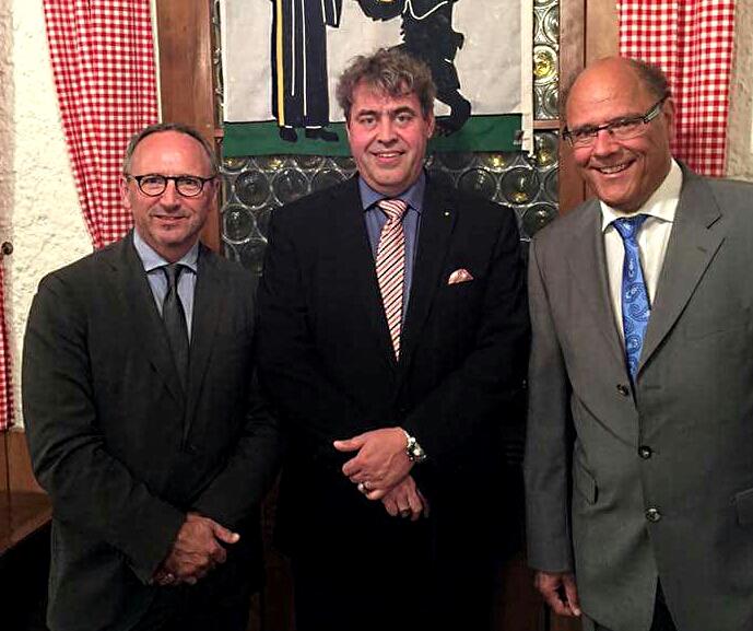 Dieses Bild postete die FDP nach der Nominationsversammlung am Dienstagabend auf Facebook: Sprengkandidat Simon Konrad (von links), Parteipräsident Robert Marty und Gemeindeammann und Gemeindepräsidentenkandidat Matthias Senn.
