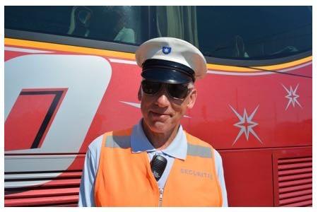 Josef Dorman steht über 10 Stunden pro Tag am Schwanenplatz und weist den Cars ihre Plätze zu.