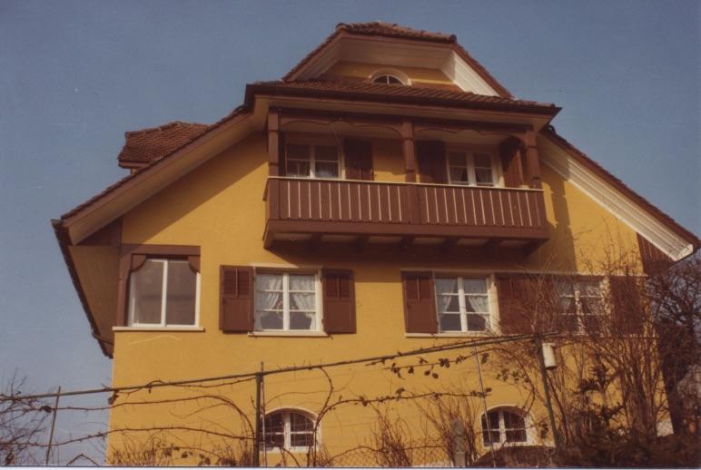 So sieht das Gebäude momentan aus. Der gelbe Verputz muss dem grauen Originalverputz weichen (Bild: Denkmalpflege Kanton Luzern)..