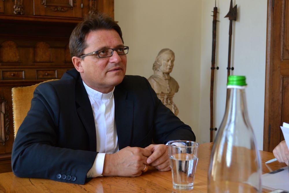 Bischof Felix Gmür ist zurückhaltend, wenn es um die Frage geht, ob homosexuelle Paare Kinder adoptieren dürfen. (Bild: azi)