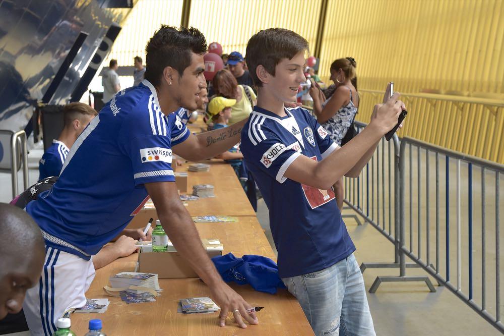 Dario Lezcano posiert an der Saisoneröffnungsfeier vom 12. Juli für einen Fan.