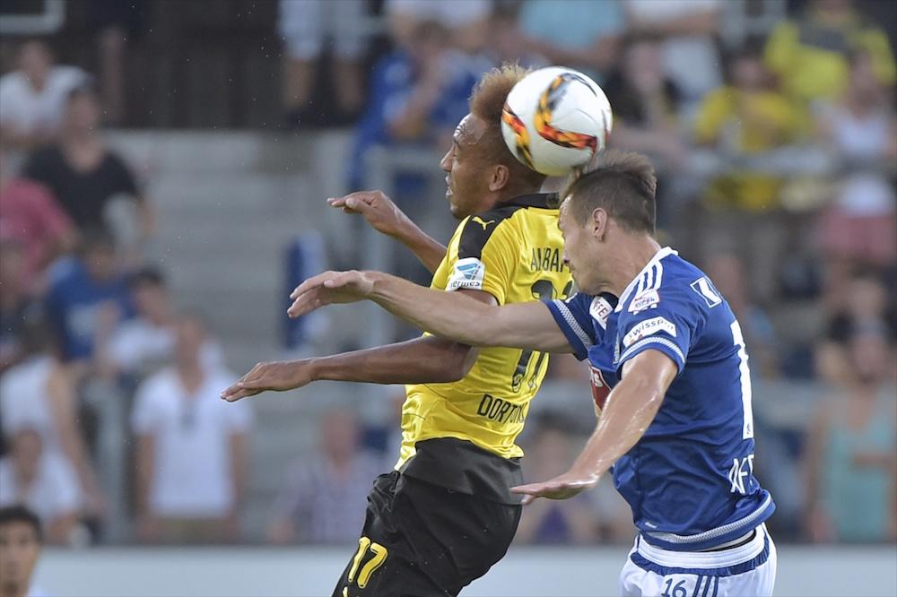 Francois Affolter will sein Kopfballspiel verbessern. Im Duell gegen Dortmund-Star Pierre-Emerick Aubameyang zieht er im Testspiel den Kürzeren (Foto: Martin Meienberger/meienberger-photo.ch).