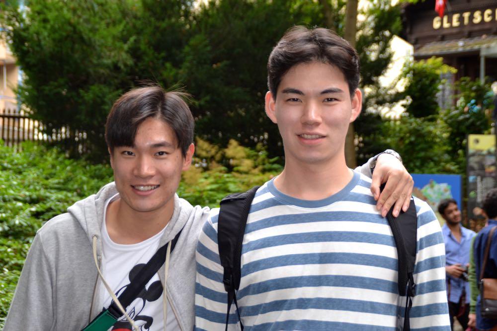 Die zwei Freunde sind zwei Wochen in Europa unterwegs: Sewon Jang und Seung Heyeon Kim aus Südkorea (v.l.)