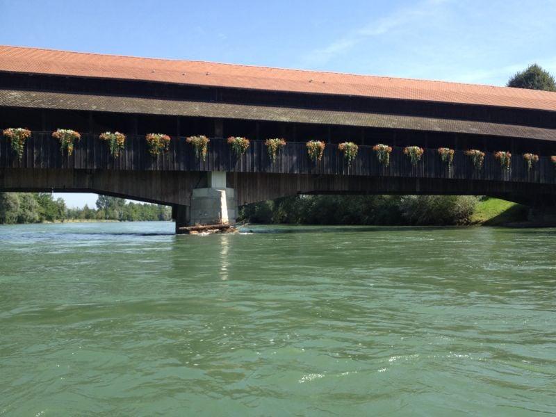 Die schöne Holzbrücke in Sins...