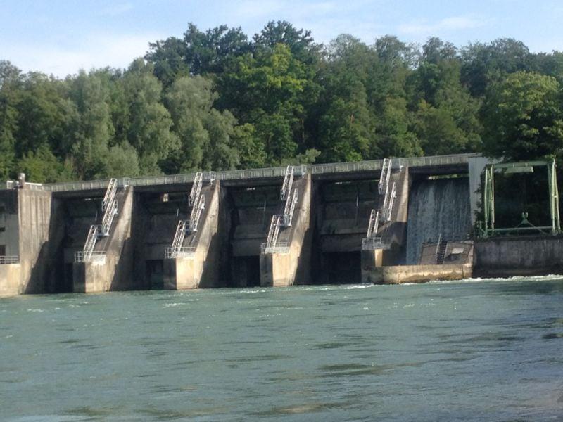 Das Kraftwerk in Bremgarten-Zofikon. Hier muss die Reuss kurz verlassen werden. Die Anfahrt auf das Kraftwerk zu ist jedoch völlig ungefährlich.