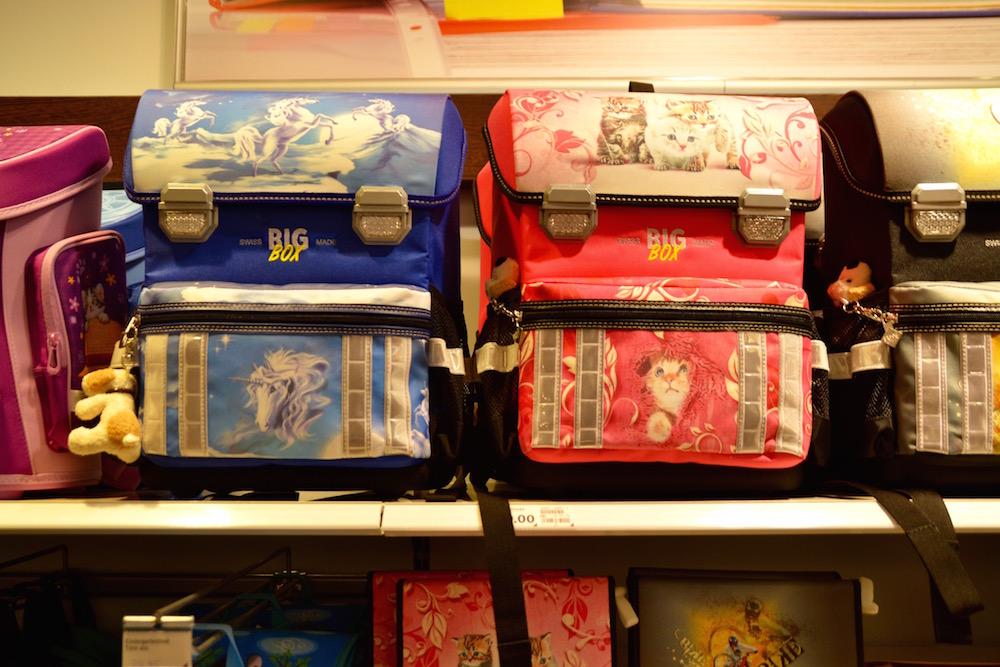 Blau und pink gehören zu den beliebtesten Farben bei Schultheken für Erstklässler (Bild:les).