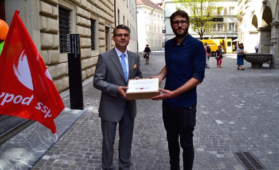 Martin Wyss (links) übergibt die Petition an Staatsschreiber Lukas Gresch (Bild: les).