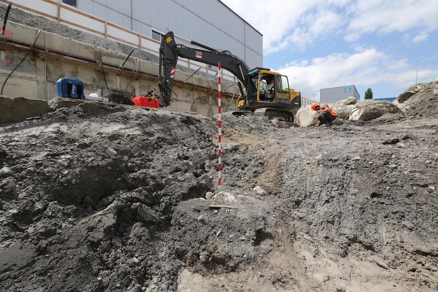 Mitarbeitende des Amts für Denkmalpflege und Archäologie der Direktion des Innern sind vor Ort und unmittelbar beim Baggeraushub dabei. Im Vordergrund (vor dem Jalon) ein weiterer Knochenfund.