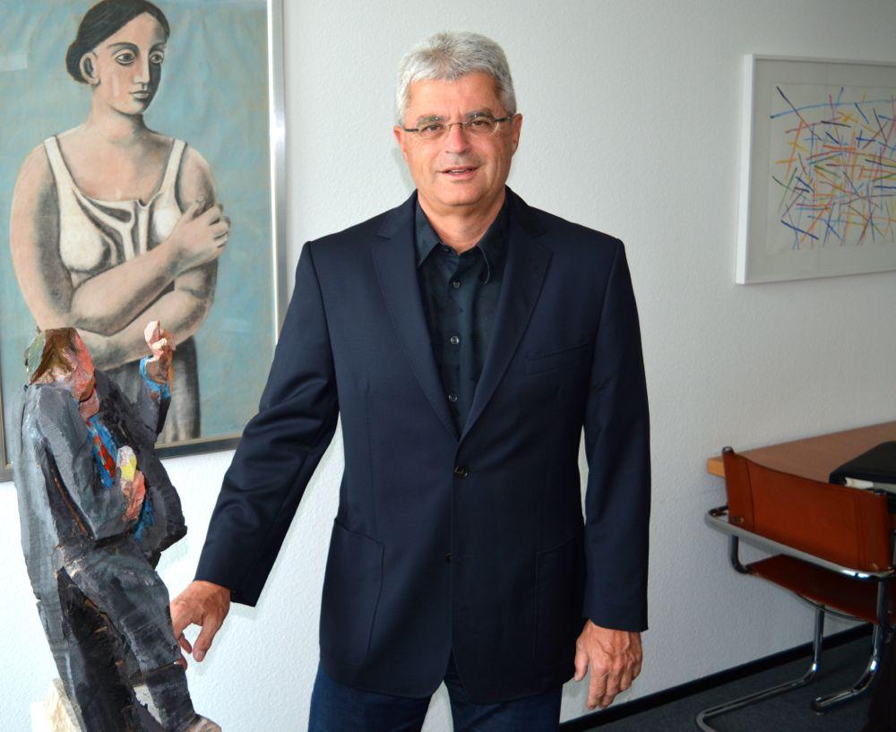 Gianni Bomio ist Sekretär der Jury, welche die Bewerbungen für den Zuger Innovationspreis beurteilt. Der Generalsekretär der Zuger Volkswirtschaftsdirektion in seinem Büro.