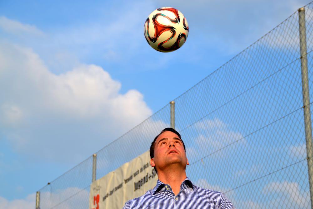 Damian Müller will nicht nur mit dem Ball hoch hinaus –auch in der Politik hat er hochgesteckte Ziele.