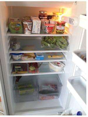 Viel Frisches und gut aufgeräumt: Wem dieser Kühlschrank wohl gehört?