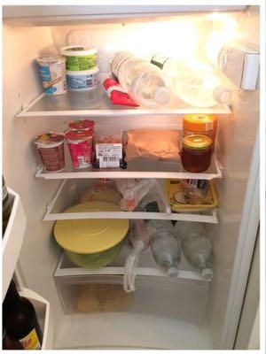 Der oder die Besitzer dieses Kühlschranks mögen kein Hahnenwasser.