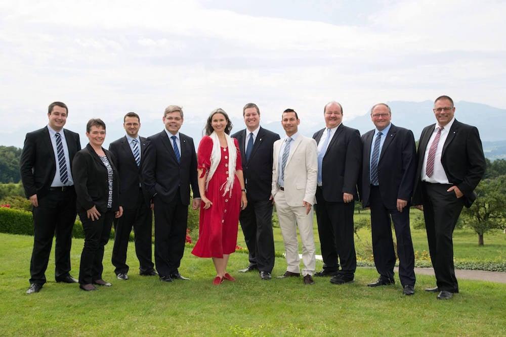 Der Farbtupfer unter den Politikern. Yvette Estermann hier gemeinsam mit den Nationalratskandidierenden der SVP.