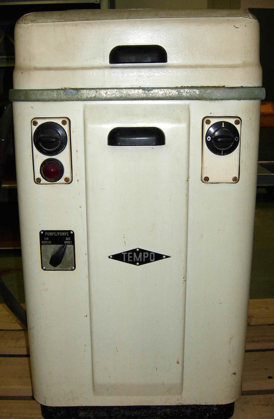 Die elektrische Tempo-Waschmaschine der Verzinkerei Zug AG um 1949.