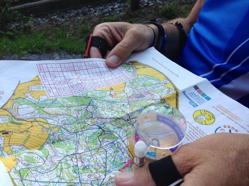 Die Ausrüstung des OL-Läufers: Kompass, Karte, Pulsuhr.