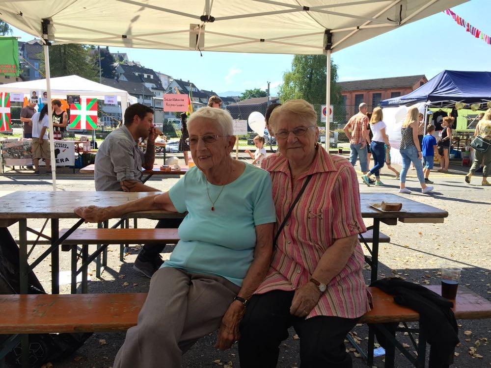 Yvonne Brättler (88) und Berta Arnold (82) geniessen das Quartierfest im Schatten.