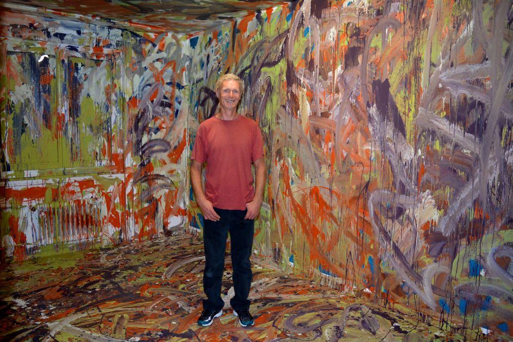 Kurt F. Hunkeler steht in seinem «wilden Raum». (Bild: azi)