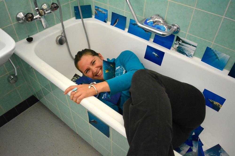 Schwimmt in der Badewanne mit Delfinen: Marlis Bühler. (Bild: azi)