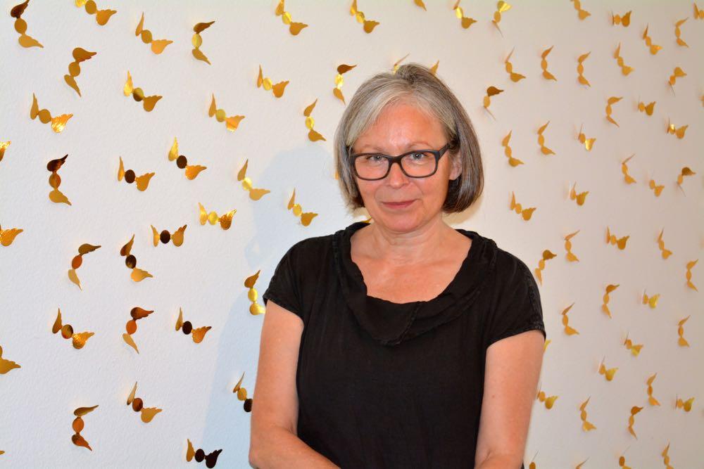 Yvonne Emmenegger von Art Lozärn vor ihrer Goldengelwand. (Bild: azi)