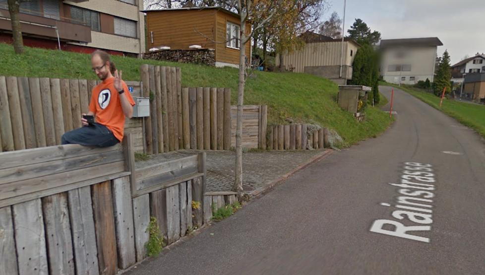 Mit einer Spock-Pose hat sich Mauchle auf Google Street View verewigt. Unverpixelt, versteht sich.