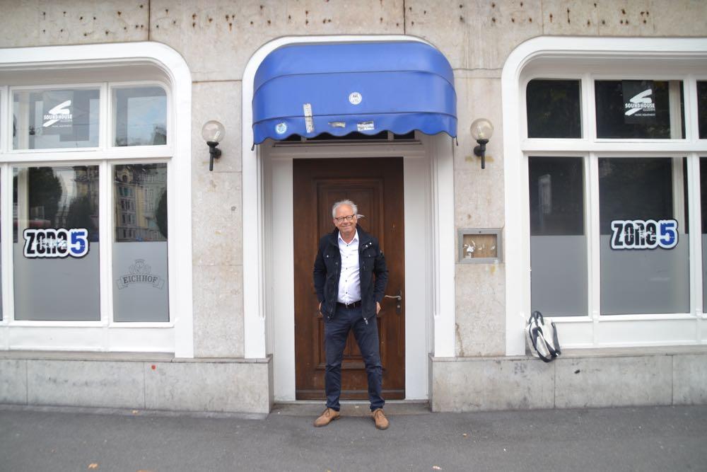 Herbert Willmann vor dem FCL-Fanokal am Bundesplatz.