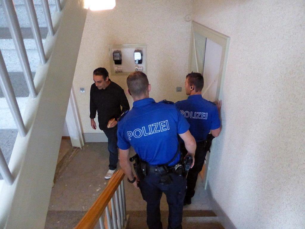 ABL-Projektleiter Jesús Turiño zeigt der Polizei, wo die Vandalen überall zugeschlagen haben.