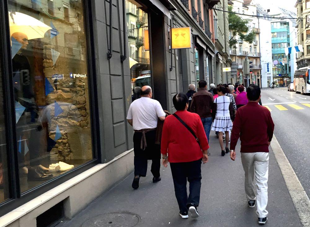 Vor dem Kleiderladen Früh'ling verkehren viele Touristen.