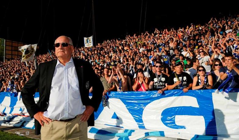 Walter Stierli stellt sich 2009 nach dem Barragespiel gegen Lugano vor die Kurve der FCL-Fans. Aus dieser Kurve flog ein Knallkörper neben den Linienrichter und führte fast zum Spielabbruch.