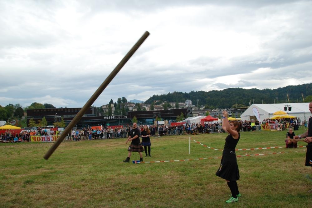 Jennifer Garrido Costa vom Braveheart Clan wirft den Baumstamm bei der Disziplin Caber toss.