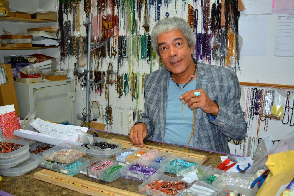 In seinem Atelier fertigt Christopher Alexander persönliche Schmuckstücke für seine Kunden an. (Bild: azi)