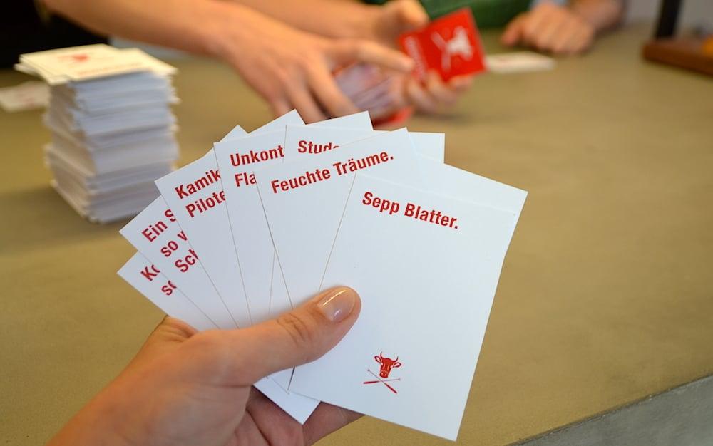 Die rote Fragekarte «_______ moderiert die neue SRF Sendung _______» hat diesmal zwei Lücken, die gefüllt werden müssen. zentral+ hat die ultimative Antwort parat.