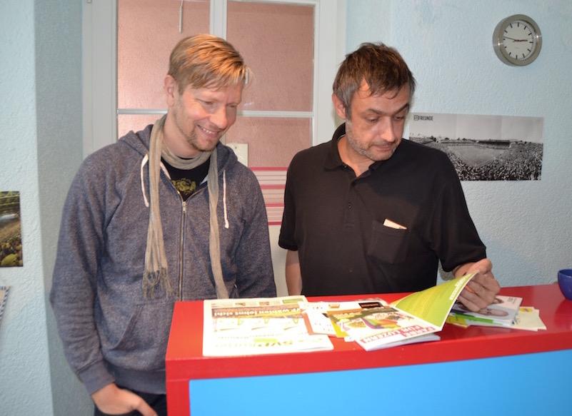 Trollhauser: Matthias Troller (l.) und Martin Rutishauser werfen kritische Blicke auf die Wahlprospekte der Luzerner Parteien.