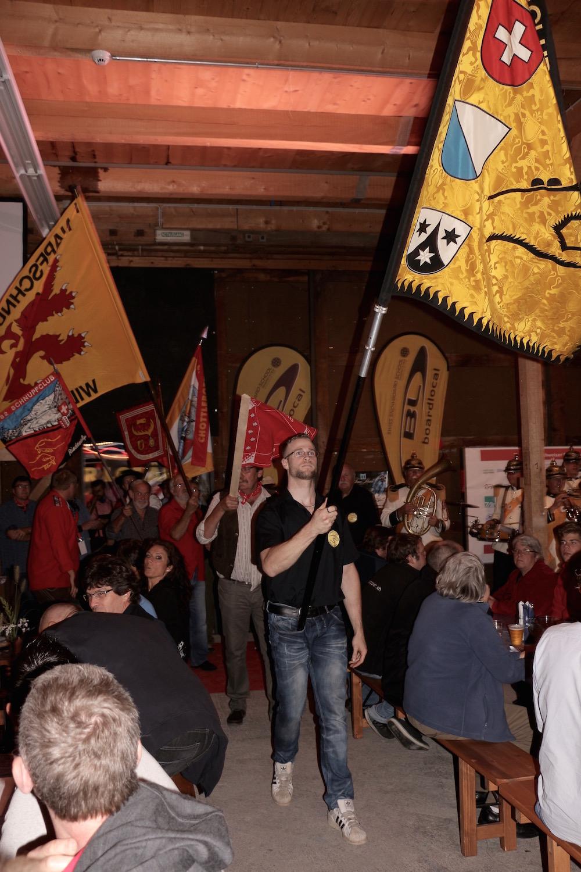 Zu den Klängen des Fahnenmarschs betreten die Fahnenträger der teilnehmenden Schnupfclubs den Fliegerschuppen.