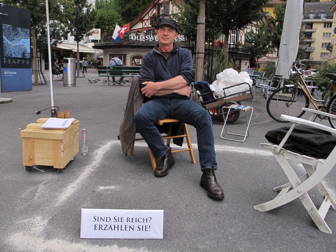«Bist du reich» - eine heikle Frage für Schweizer Bürger - gestellt auf Luzerner Strassen.