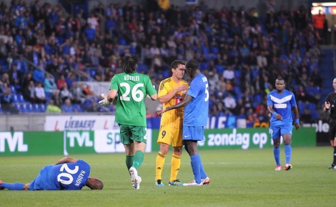 Rangelov (gelbes Shirt) kriegte nach seinem Kick auf den am Boden liegenden Belgier die Rote Karte – und der FCL flog aus dem Wettbewerb.(Quelle: fcl.fan-fotos.ch)