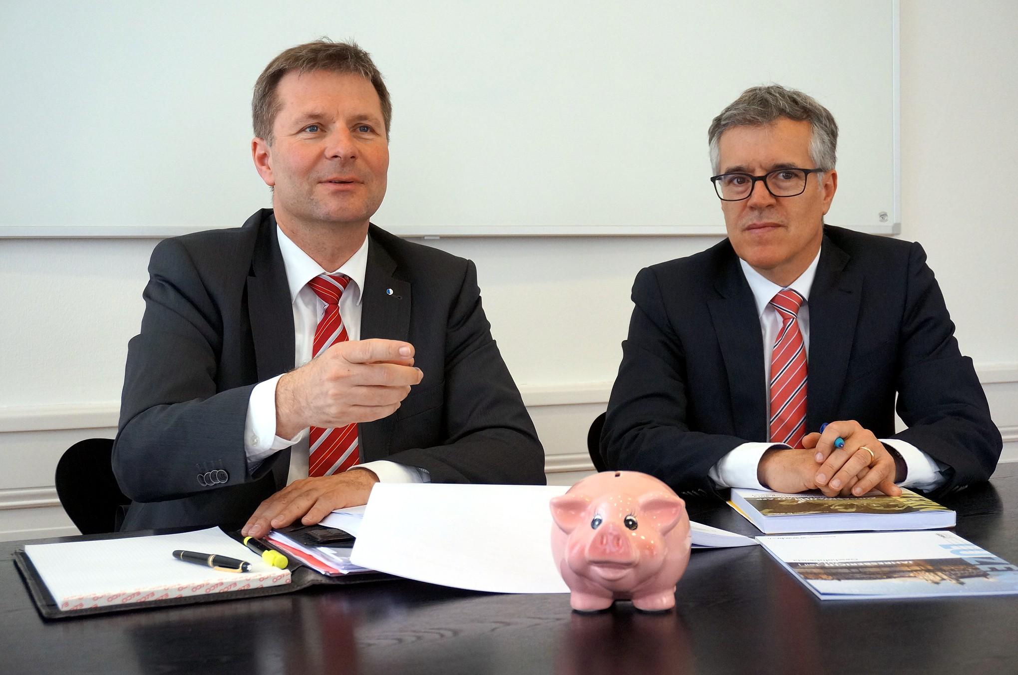 Das Kässeli brauchts weiterhin: Wie hier im Bild 2014, werden am Donnerstag erneut Marcel Schwerzmann und der Leiter der Dienststelle Finanzen, Hansjörg Kaufmann, vor die Medien treten.