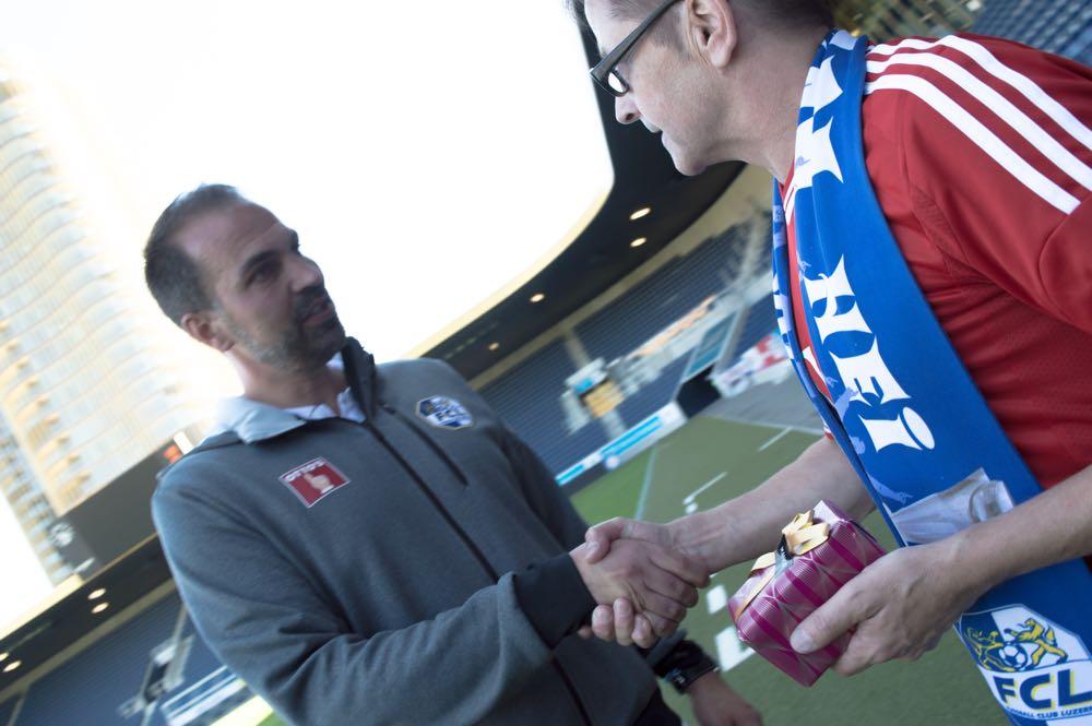 Shakehands zwischen Gründungsmitglied Seppi Bucheli und FCL-Trainer Markus Babbel (Bild: Raphael Frey).