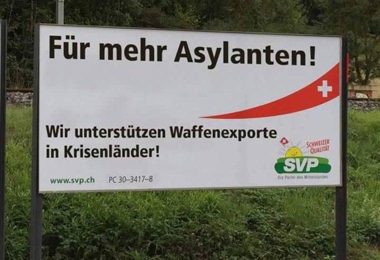 Mehr Asylbewerber aufgrund Waffenexporten: eines der verfremdeten Wahlplakate der SVP. (Bild: Facebook)