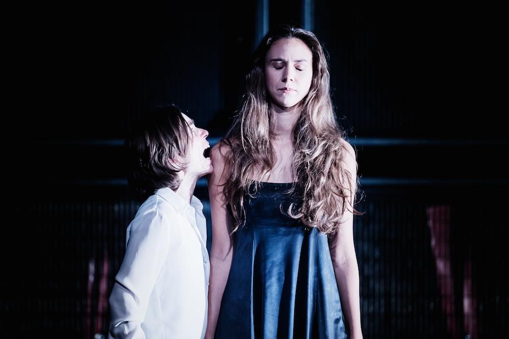 Wiebke Kayser als Hamlet und Lilli Lorenz als Ophelia. (Bild: Ingo Höhn)