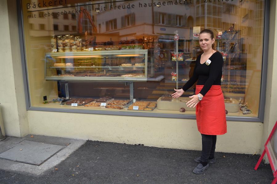 Yvonne Prudente, Geschäftsführerin der Bebié-Konditorei, zeigt, wo früher zwei Tischchen standen.