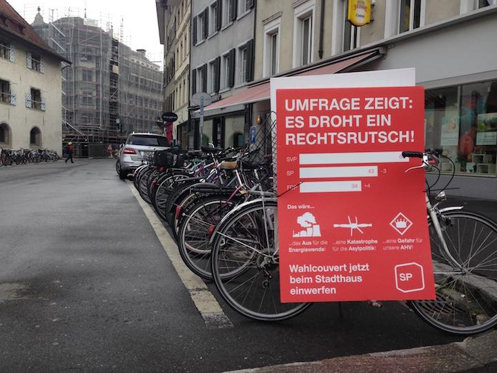 Am Kasernenplatz steht ein Velo mit einem SP-Plakat, das vor dem drohenden Rechtsrutsch warnt.